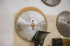 Cirkels voor cirkelzaag in de workshop royalty-vrije stock foto