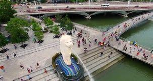 Cirkelsurrsikt av den Merlion statyn Antenn som skjutas av berömd simbol av Singapore arkivfilmer