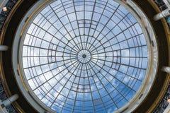 Cirkelvenster op het plafond van winkelcomplex stock foto