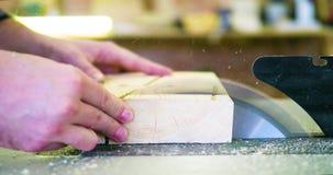 Cirkelzaag die houten plank snijden Blad met raadsclose-up Houtbewerkingsdetail met hout Het werk materiaaltimmerwerk stock footage