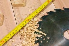 Cirkelzaag, maatregelenband in timmermansworkshop Royalty-vrije Stock Foto's