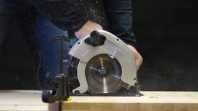 Cirkelzaag op hout stock video