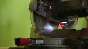 Cirkelzaag scherp hout in timmermansworkshop stock videobeelden