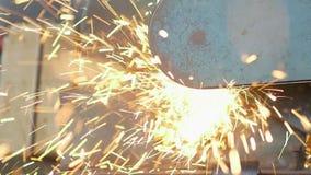 Cirkelzaag scherp metaal op workshop stock video