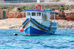 Cirkewwa Malta - Maj 8, 2017: Maltasecolorfullfartyg Royaltyfri Bild
