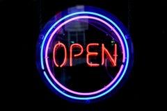 cirkla det öppna tecknet för neon Royaltyfri Bild