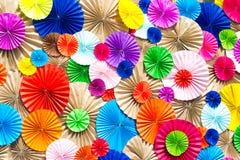 Cirkla radiellt mönstrar det färgrika pappers- hantverket för origamien royaltyfria foton