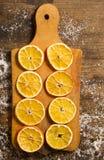 Cirklar av den torkade apelsinen på träbräde Royaltyfria Bilder