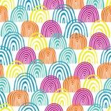 Cirklar den utdragna halvan för handen den sömlösa vektormodellen Blåa, rosa och orange molnformer för kricka, på vit bakgrund Te royaltyfri illustrationer