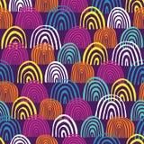Cirklar den utdragna halvan för handen den sömlösa vektormodellen Blåa, rosa, vita och orange regnbågeformer för kricka, på purpu stock illustrationer