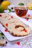 Cirklar för mördegskakakakor med citrus anstrykning och den torkade tranbäret royaltyfri bild
