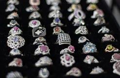 Cirklar med olika ?delstenar, material, format och former i sk?rmen av smycken royaltyfria bilder