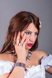 Cirklar och halsband för härlig kvinna bärande royaltyfri bild