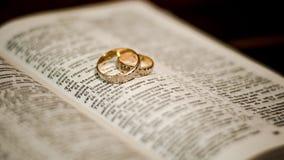 Cirklar på bibeln arkivfoto