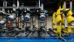 Cirkulerande pump, mer chiller vattenpump i källaren arkivbilder