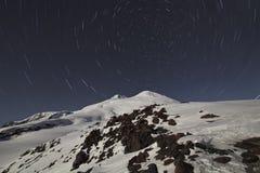 Cirkulering av stjärnor ovanför Elbrus arkivfoto