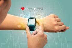Cirkulering och smartwatchbegrepp arkivfoton