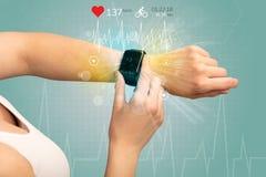 Cirkulering och smartwatchbegrepp royaltyfri fotografi