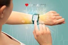 Cirkulering och smartwatchbegrepp arkivbild