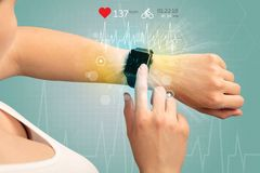 Cirkulering och smartwatchbegrepp royaltyfria foton