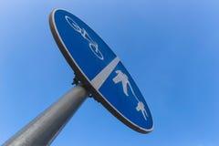 Cirkuleringar och gångarespårvägmärke Royaltyfri Fotografi