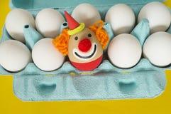 cirkus Begreppet av påsken med gulliga och gladlynta handgjorda ägg Fotografering för Bildbyråer