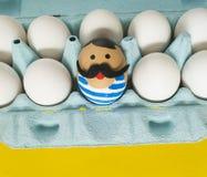 cirkus Begreppet av påsken med gulliga och gladlynta handgjorda ägg Royaltyfri Bild