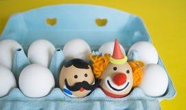 cirkus Begreppet av påsken med gulliga och gladlynta handgjorda ägg Arkivfoto