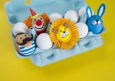 cirkus Begreppet av påsken med gulliga och gladlynta handgjorda ägg Arkivfoton