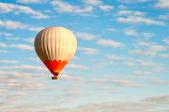 cirkus f?r luftballongbealton som flyger den varma photgrphed showen va arkivbilder