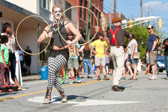 Cirkusartister underhåller folk på den Atlanta gatafestivalen Royaltyfri Foto