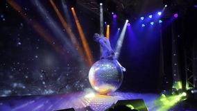 Cirkusbegrepp Den unga gymnastflickan i sportswear, underhåller och roar åhörare som visar att styrka övar på stort stock video