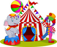 Cirkuselefant och clown med karnevalbakgrund Royaltyfri Foto