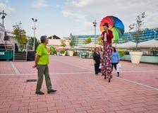 Cirkuskonstnär på styltor arkivbilder