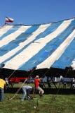 cirkusmän som lyfter tenten Arkivbild