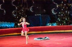 Cirkusstjärnor utför fokusen klär ups Royaltyfri Bild
