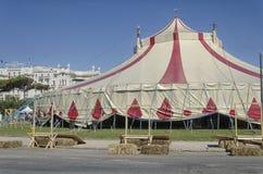Cirkustält framme av det storslagna hotellet Arkivfoto