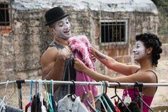 Cirque blödelt passende Kostüme herum lizenzfreies stockbild