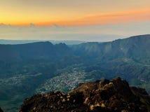 Cirque de cilaos en la opinión de la puesta del sol de neiges del DES del pitón en el la Reunion Island foto de archivo