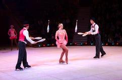 Cirque de Moscou sur la glace en tournée Représentation des jongleurs Image stock