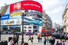 Cirque de Piccadilly dans les personnes rouges a d'autobus de Londres du trafic occupé de Londres Photo libre de droits