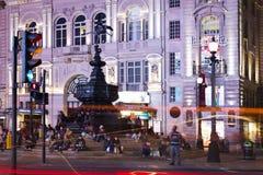 Cirque populaire de Picadilly de touriste avec le cric des syndicats de drapeaux dans la nuit Image libre de droits