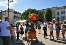 Cirquet confetti od Hiszpania przy Międzynarodowej Ulicznej festiwalu ` sztuki Gromadzki ` Obrazy Royalty Free