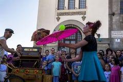 Cirquet confetti od Hiszpania przy Międzynarodowej Ulicznej festiwalu ` sztuki Gromadzki ` Zdjęcia Stock
