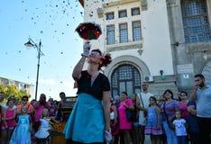 Cirquet confetti od Hiszpania przy Międzynarodowej Ulicznej festiwalu ` sztuki Gromadzki ` Obraz Royalty Free