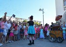 Cirquet confetti od Hiszpania przy Międzynarodowej Ulicznej festiwalu ` sztuki Gromadzki ` Zdjęcia Royalty Free