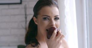 Ciérrese encima de la mujer bonita Apple rojo dulce penetrante Fotografía de archivo libre de regalías