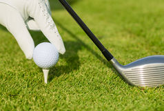 Ciérrese encima de la vista de la pelota de golf en camiseta Imágenes de archivo libres de regalías