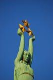 Ciérrese encima de la vista del monumento de la libertad en Riga Letonia Imagen de archivo libre de regalías