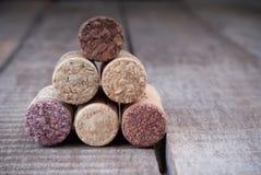 Ciérrese para arriba de apilar los corchos para las botellas de vino Imagen de archivo
